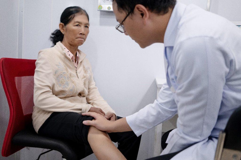 Việc dùng thuốc Tây trong khắc phục thoái hóa khớp gối cần tuân thủ theo chỉ định của bác sĩ